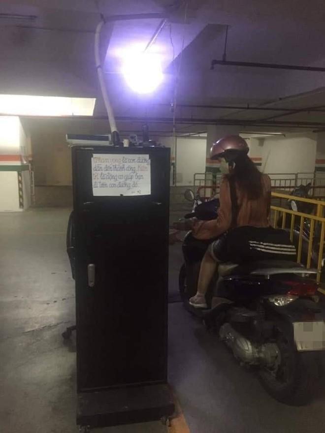Người bảo vệ dán các mẩu giấy quanh hầm gửi xe, nội dung khiến ai thấy cũng bất ngờ - Ảnh 1.