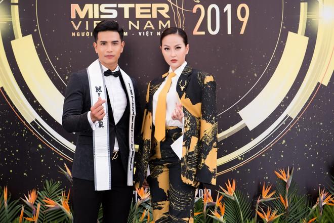 Hoa hậu Khánh Ngân vẫn đẹp hút hồn dù mặc kín cổng cao tường - ảnh 9