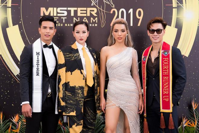 Hoa hậu Khánh Ngân vẫn đẹp hút hồn dù mặc kín cổng cao tường - ảnh 7