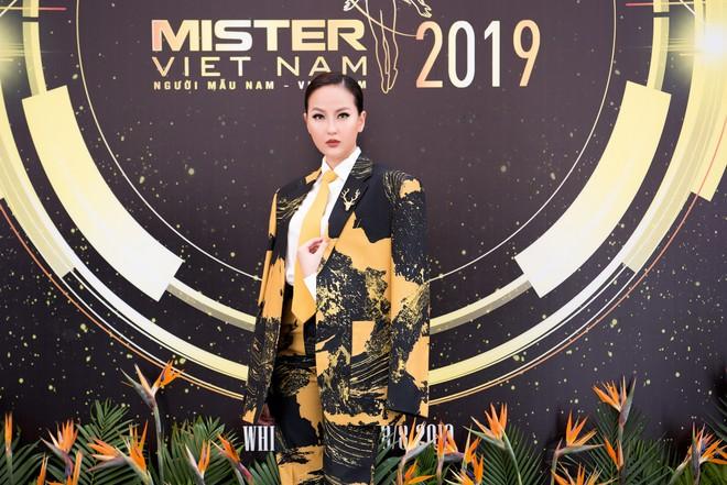 Hoa hậu Khánh Ngân vẫn đẹp hút hồn dù mặc kín cổng cao tường - ảnh 5