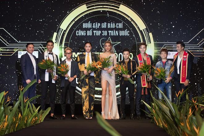 Hoa hậu Khánh Ngân vẫn đẹp hút hồn dù mặc kín cổng cao tường - ảnh 8