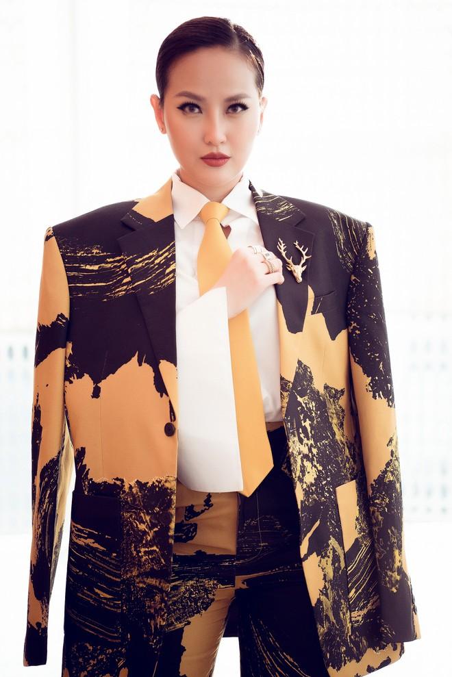 Hoa hậu Khánh Ngân vẫn đẹp hút hồn dù mặc kín cổng cao tường - ảnh 4