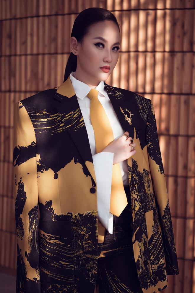 Hoa hậu Khánh Ngân vẫn đẹp hút hồn dù mặc kín cổng cao tường - ảnh 3