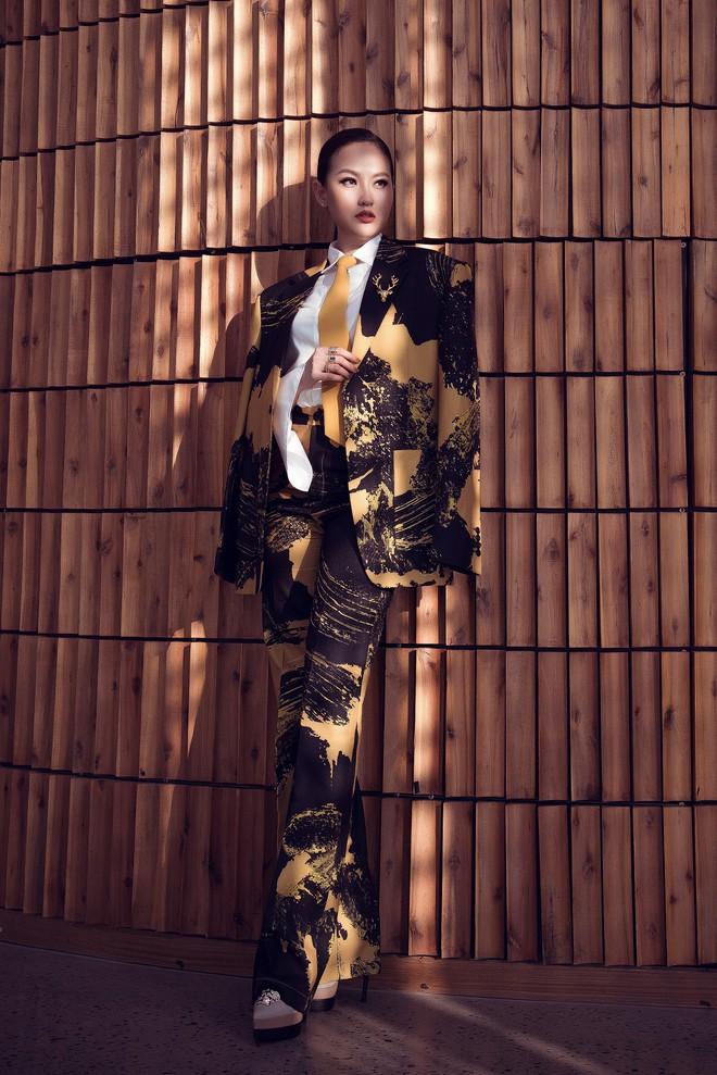 Hoa hậu Khánh Ngân vẫn đẹp hút hồn dù mặc kín cổng cao tường - ảnh 2