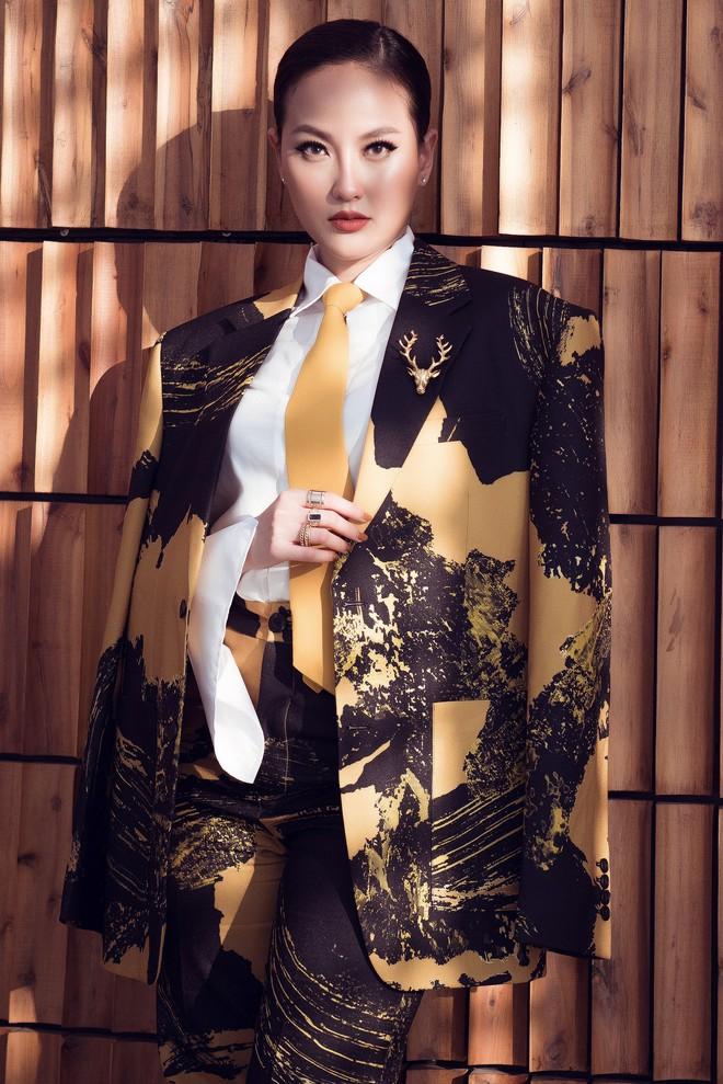 Hoa hậu Khánh Ngân vẫn đẹp hút hồn dù mặc kín cổng cao tường - ảnh 1