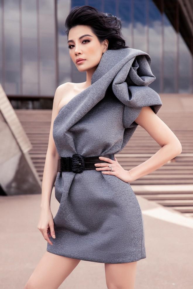 Siêu mẫu Vũ Cẩm Nhung khoe vai trần quyến rũ - ảnh 12