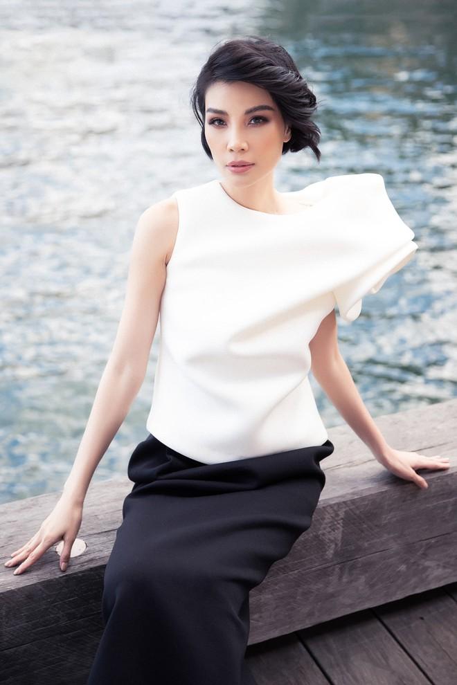 Siêu mẫu Vũ Cẩm Nhung khoe vai trần quyến rũ - ảnh 9