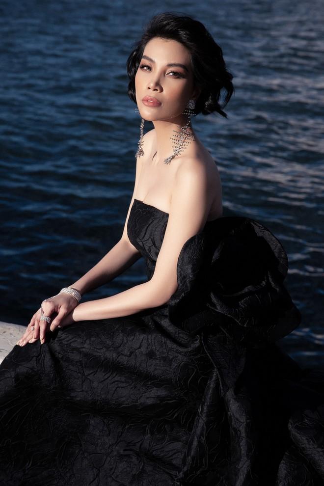 Siêu mẫu Vũ Cẩm Nhung khoe vai trần quyến rũ - ảnh 3