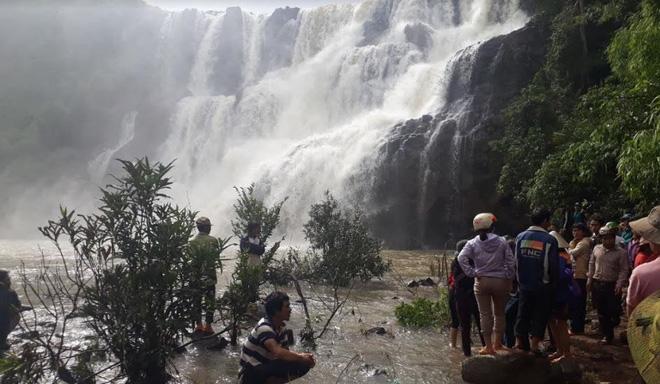 Tìm kiếm 3 thanh niên mất tích ở thác nước: Chưa tiếp cận được trung tâm dòng thác - Ảnh 1.