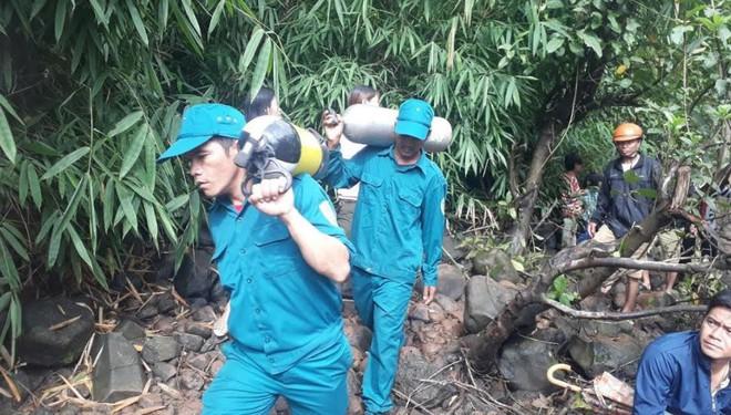 Tìm kiếm 3 thanh niên mất tích ở thác nước: Chưa tiếp cận được trung tâm dòng thác - Ảnh 2.