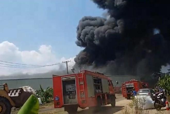 Đồng Nai: Cháy khủng khiếp công ty tái chế nhựa - Ảnh 1.