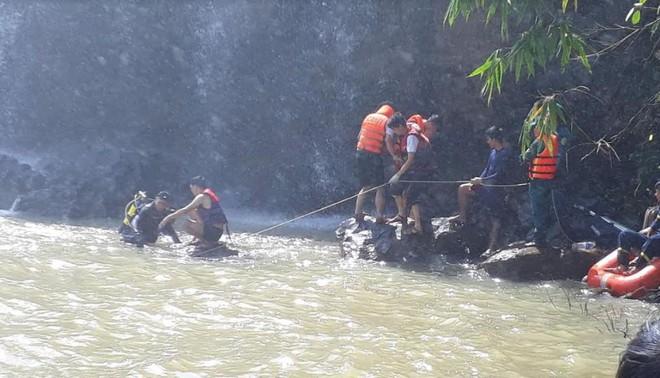 Tìm kiếm 3 thanh niên mất tích ở thác nước: Chưa tiếp cận được trung tâm dòng thác - Ảnh 4.