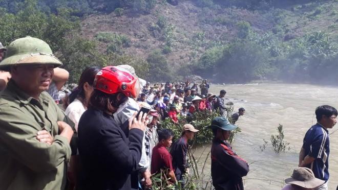 Tìm kiếm 3 thanh niên mất tích ở thác nước: Chưa tiếp cận được trung tâm dòng thác - Ảnh 6.