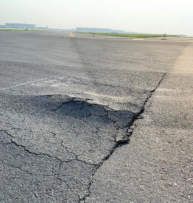 Đường băng sân bay Nội Bài toang hoác, trồi bùn: Có tiền không được sửa? - Ảnh 6.