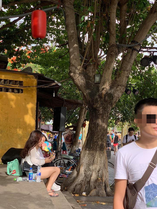 Đi du lịch nhờ bạn chụp hình, thanh niên giận tới run người khi nhận sản phẩm - Ảnh 1.