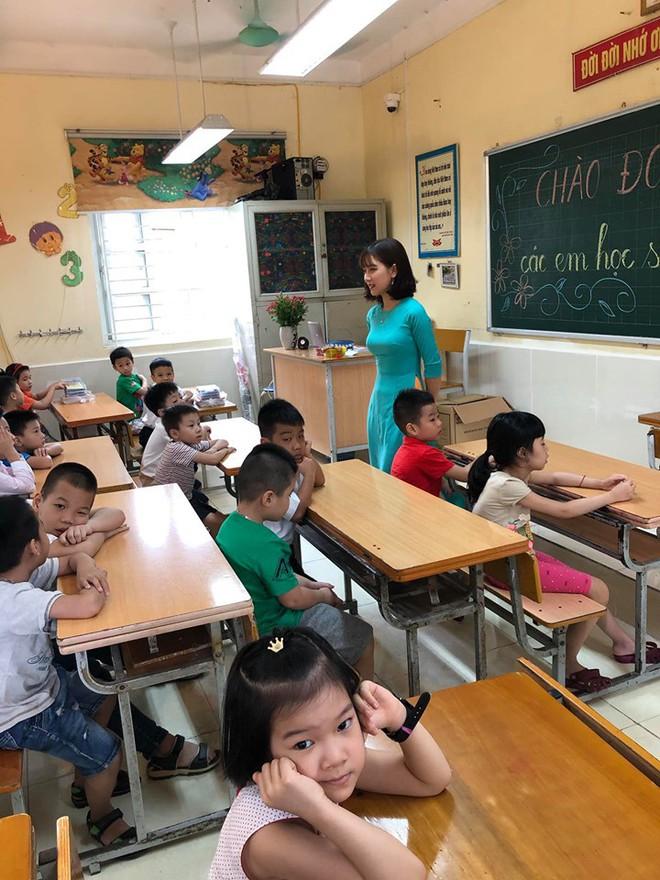 Cô giáo lớp 1 đứng bục giảng khiến mạng xã hội chiều thứ 6 xôn xao - Ảnh 4.
