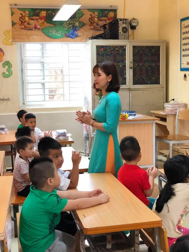 Cô giáo lớp 1 đứng bục giảng khiến mạng xã hội chiều thứ 6 xôn xao - Ảnh 1.