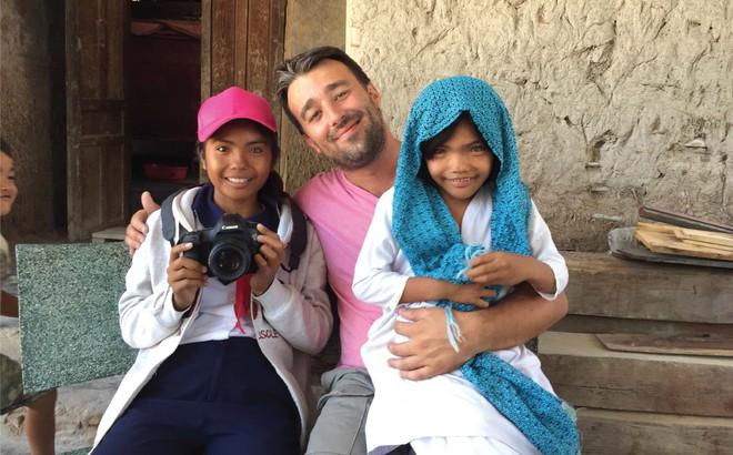 Nhiếp ảnh gia người Pháp và hành trình đi tìm màu mắt lạ của hai cô gái Việt Nam