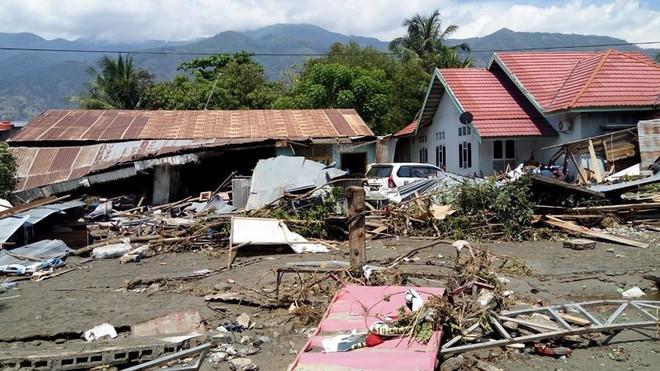 Indonesia hứng động đất 7 độ Richter, có nguy cơ sóng thần - Ảnh 1.