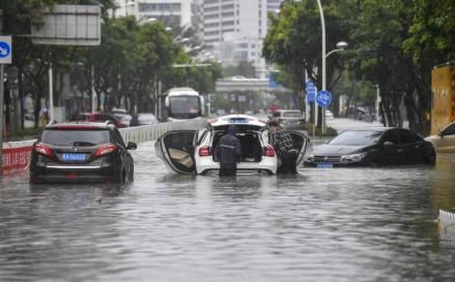 Bão Wipha đổ bộ, đường phố Trung Quốc biến thành sông