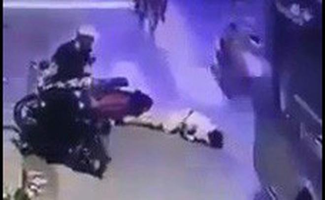 Thanh niên bị xe buýt cán tử vong, người đàn ông đứng bấm điện thoại hốt hoảng khi chứng kiến