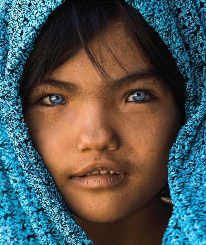 Nhiếp ảnh gia người Pháp và hành trình đi tìm màu mắt lạ của hai cô gái Việt Nam - ảnh 1