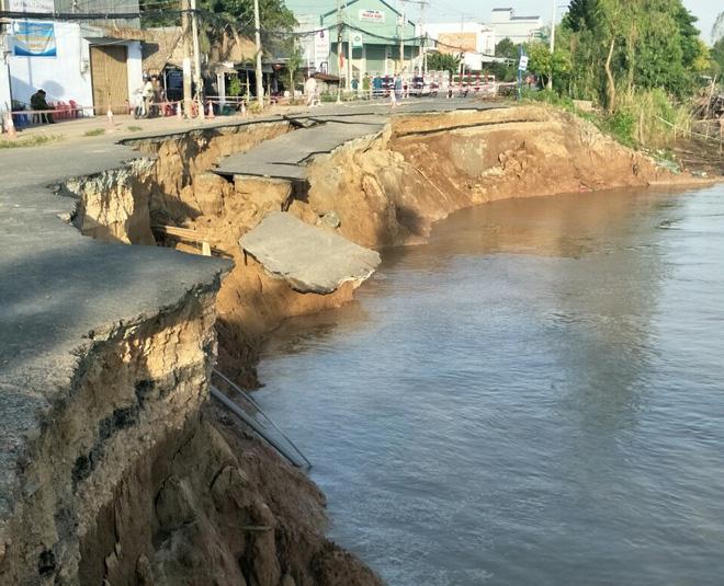 Đoạn quốc lộ 91 qua xã Bình Mỹ ở An Giang sụp hoàn toàn xuống sông Hậu - Ảnh 1.