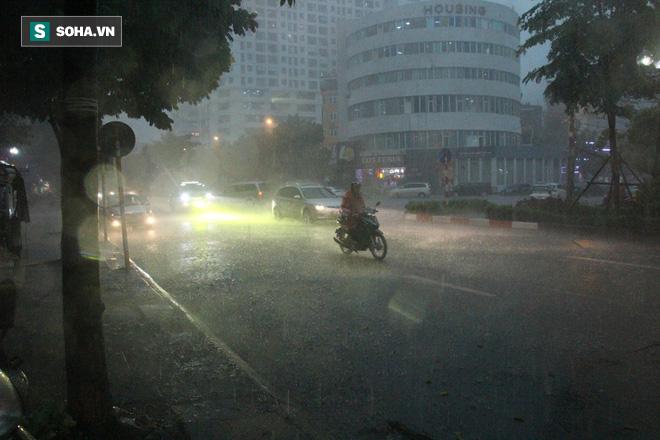 Trời Hà Nội tối đen trong cơn mưa chiều, hàng loạt xe bật đèn lưu thông - Ảnh 2.