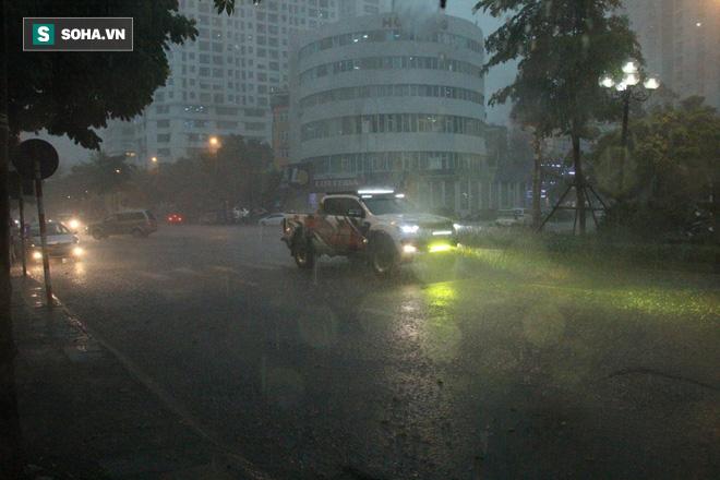 Trời Hà Nội tối đen trong cơn mưa chiều, hàng loạt xe bật đèn lưu thông - Ảnh 3.