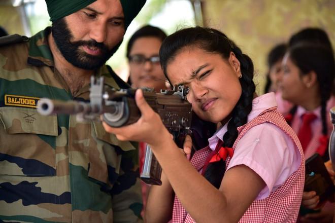 24h qua ảnh: Nữ sinh viên Ấn Độ ngắm bắn súng trường - ảnh 2