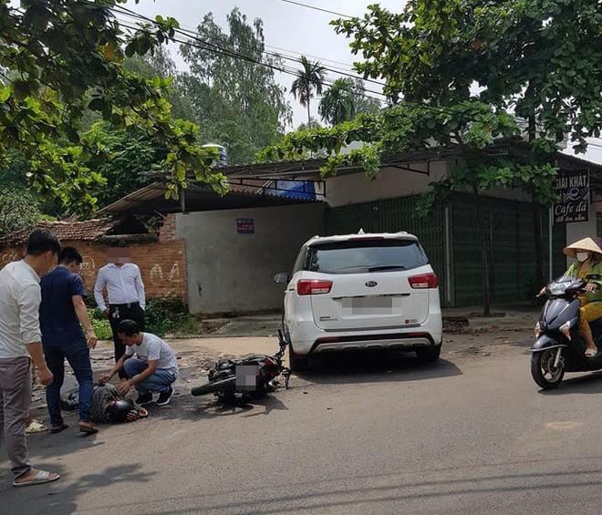 Va chạm với thanh niên đi xe máy, tài xế ô tô bước xuống đút tay vào túi quần gây tranh cãi - Ảnh 2.