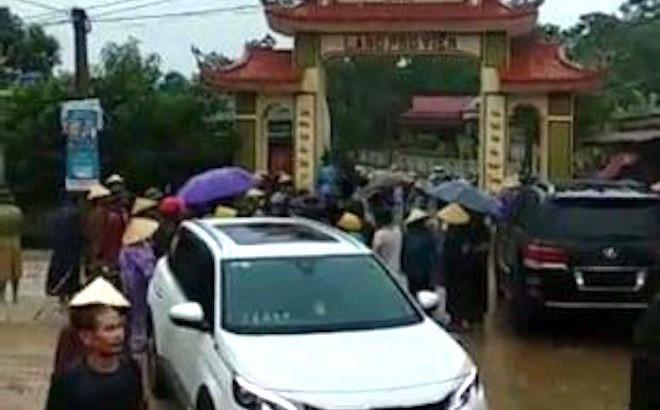 Cả xóm hô hoán nhau ra vây nhóm thanh niên xăm trổ đến đập phá cổng làng