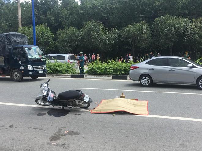 Va chạm với 2 xe tải, người phụ nữ bị cán chết trên đường đi chơi - Ảnh 1.