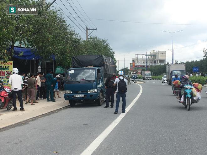 Va chạm với 2 xe tải, người phụ nữ bị cán chết trên đường đi chơi - Ảnh 2.