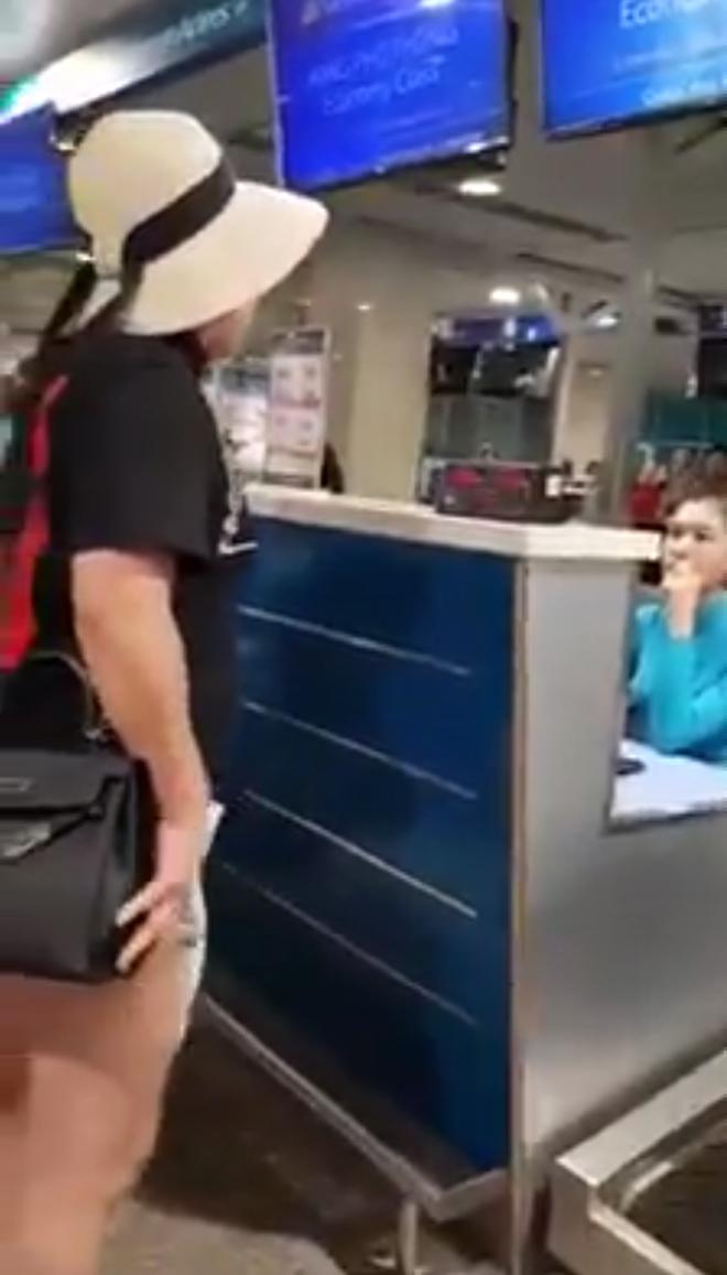 """Bị nhân viên Vietnam Airlines nhắc khi hành lý quá cân, nữ hành khách tỏ thái độ: """"Anh làm được gì tôi thì anh làm đi"""""""