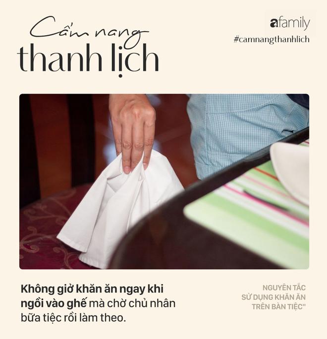 Biết 7 nguyên tắc sử dụng khăn ăn này bạn sẽ trở thành người lịch sự tại mọi bữa tiệc - Ảnh 1.