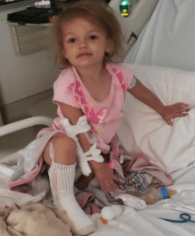 Buồn bực vô cớ, người phụ nữ nhúng chân cháu gái 2 tuổi vào nước sôi cho hả giận, khiến cô bé bị bỏng nặng có nguy cơ phải cắt chân - Ảnh 1.