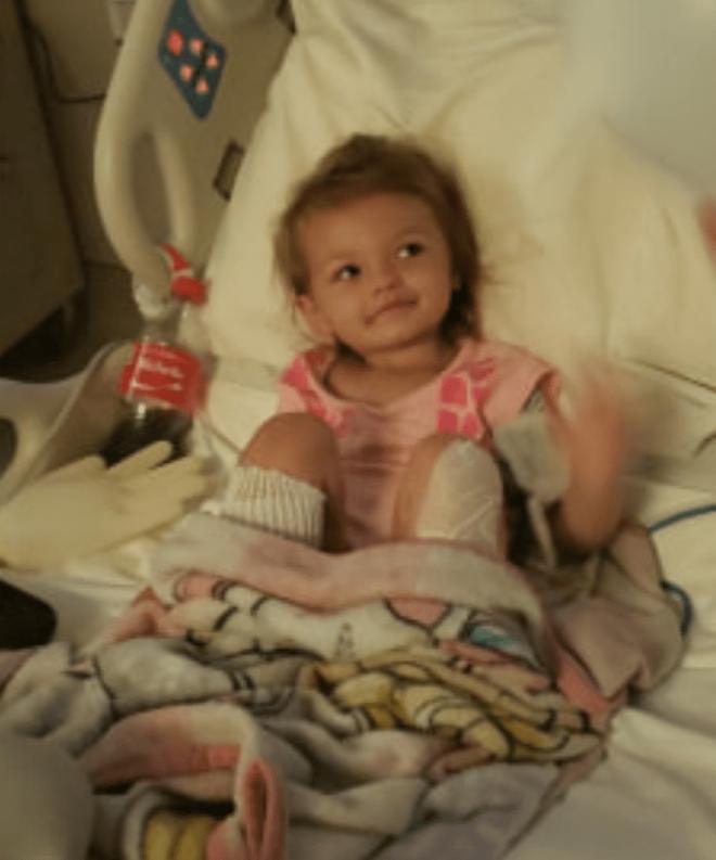 Buồn bực vô cớ, người phụ nữ nhúng chân cháu gái 2 tuổi vào nước sôi cho hả giận, khiến cô bé bị bỏng nặng có nguy cơ phải cắt chân - Ảnh 2.