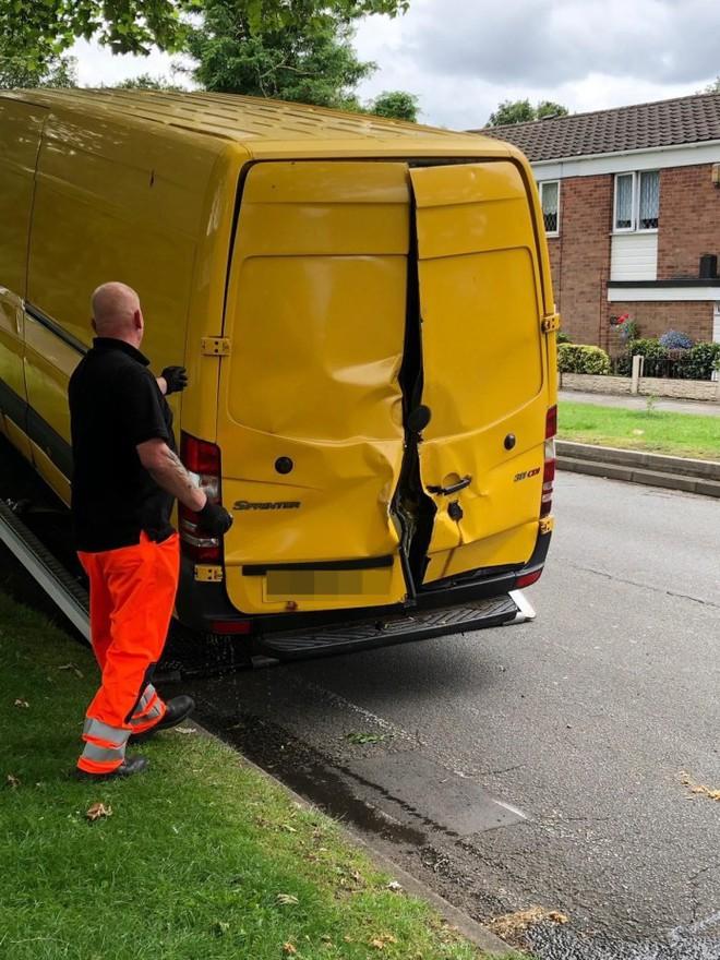 Nghi có thi thể bên trong vì mùi hôi thối, cảnh sát bủa vây phá tan chiếc xe bên đường, cuối cùng đành giải tán vì lý do này - Ảnh 3.