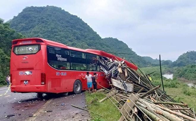 2 người chết, 14 người bị thương khi xe khách đâm vào đuôi xe tải