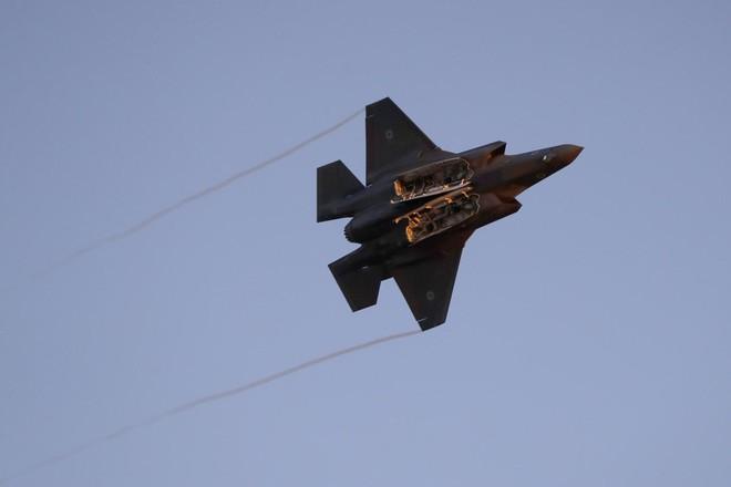 Chiến đấu cơ Israel tấn công căn cứ hải quân Hamas, tên lửa bắn nhầm máy bay dân sự ở biên giới Syria - Ảnh 1.