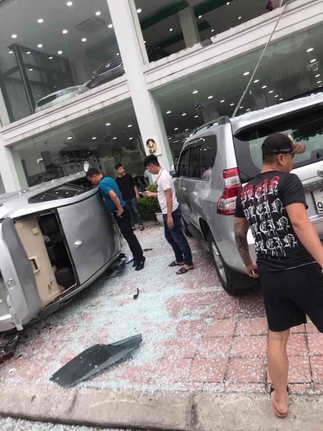 Hà Nội: Bay từ tầng 2 showroom xuống, chiếc Vios khiến 2 ô tô dưới đất gặp họa - ảnh 1
