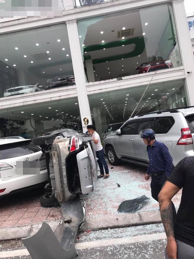 Hà Nội: Bay từ tầng 2 showroom xuống, chiếc Vios khiến 2 ô tô dưới đất gặp họa - ảnh 2