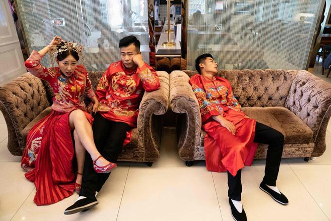 24h qua ảnh: Các cặp đôi mệt mỏi chờ chụp ảnh cưới ở Trung Quốc - ảnh 3