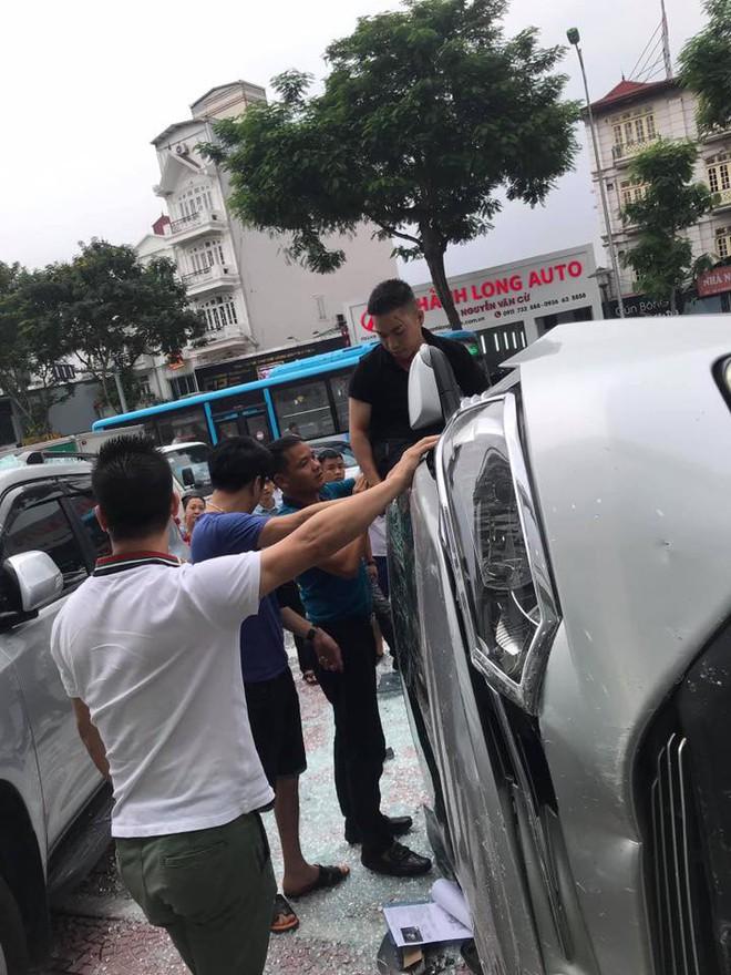 Hà Nội: Bay từ tầng 2 showroom xuống, chiếc Vios khiến 2 ô tô dưới đất gặp họa - ảnh 3
