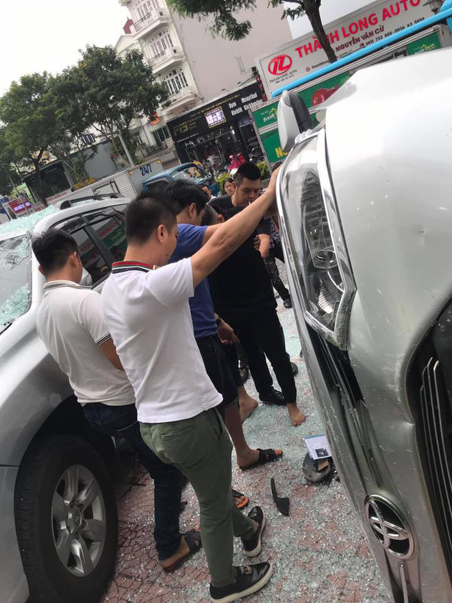 Hà Nội: Bay từ tầng 2 showroom xuống, chiếc Vios khiến 2 ô tô dưới đất gặp họa - ảnh 4