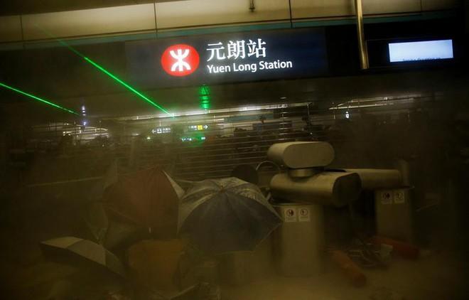 24h qua ảnh: Các cặp đôi mệt mỏi chờ chụp ảnh cưới ở Trung Quốc - ảnh 1