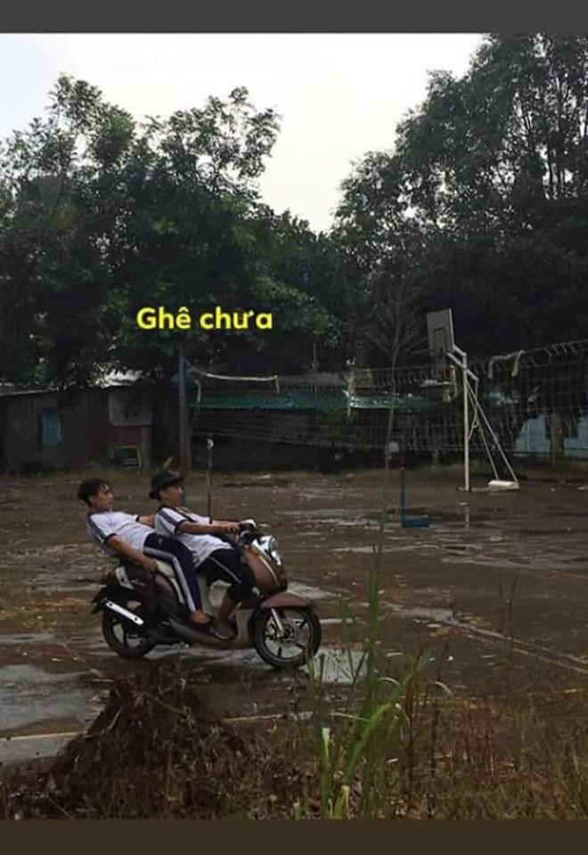 Ngả ngớn trên xe máy sau cơn mưa, hai thanh niên nhận cái kết chổng vó lên trời - ảnh 1