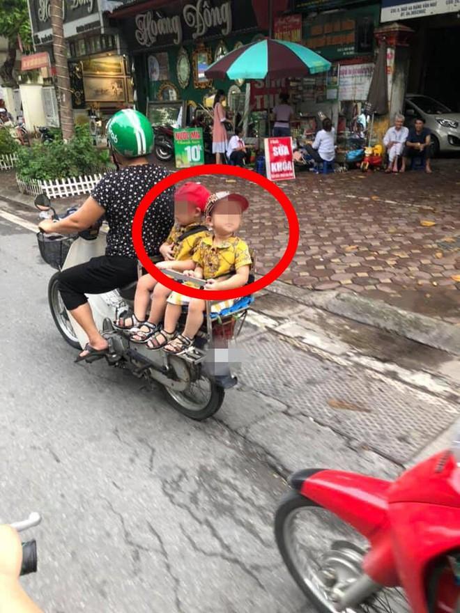 Hai đứa bé ngồi sau yên xe máy trên đường, một chi tiết khiến dân mạng chú ý - ảnh 1