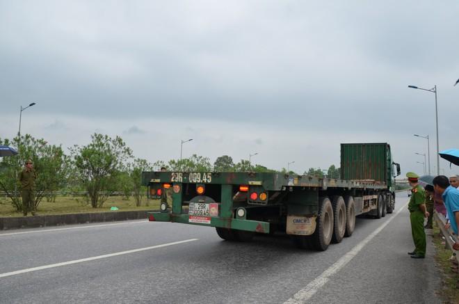 Thực nghiệm hiện trường vụ container tông Innova đi lùi trên cao không có mặt 2 tài xế - Ảnh 6.